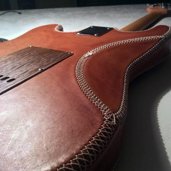 Guitare gainée en cuir
