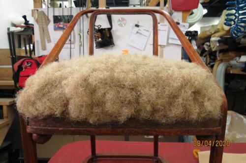 Chaise Hoffmann - 14. Mise en crin de cheval, cardage et préparation de la toile d'embourrure 2